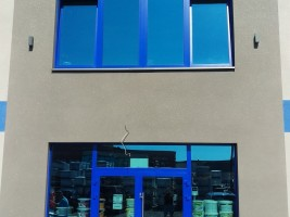 okna i drzwi aluminium, kolor RAL niebieski, szyby Arctic Blue