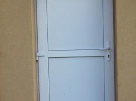 SP Jeleśnia Dolna, drzwi pcv białe